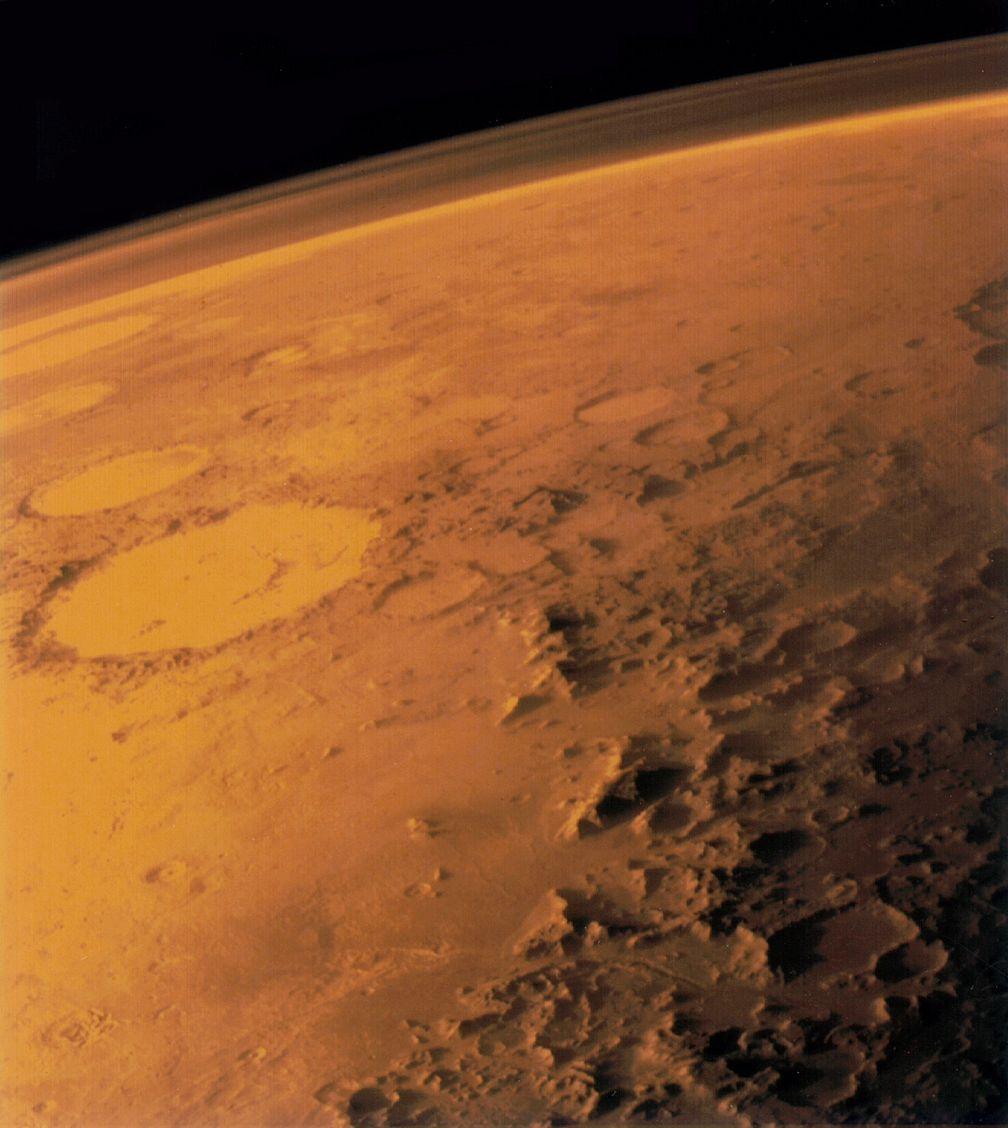 Über dem Marshorizont ist die Atmosphäre als dunstiger Schleier erkennbar.