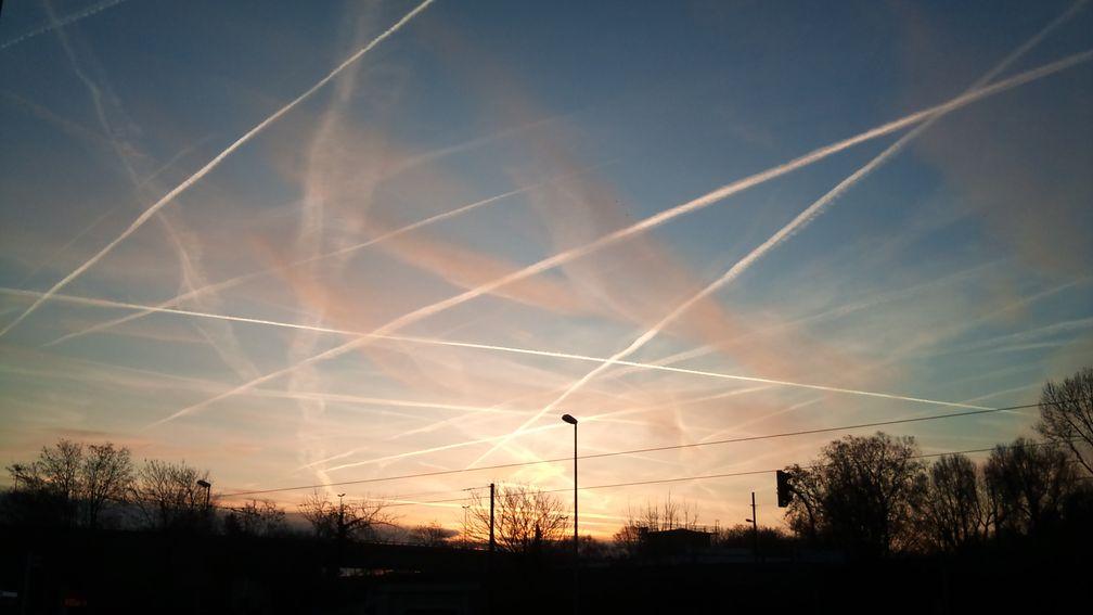 Himmel über Frankfurt am Main, Januar 2012: Chemtrails