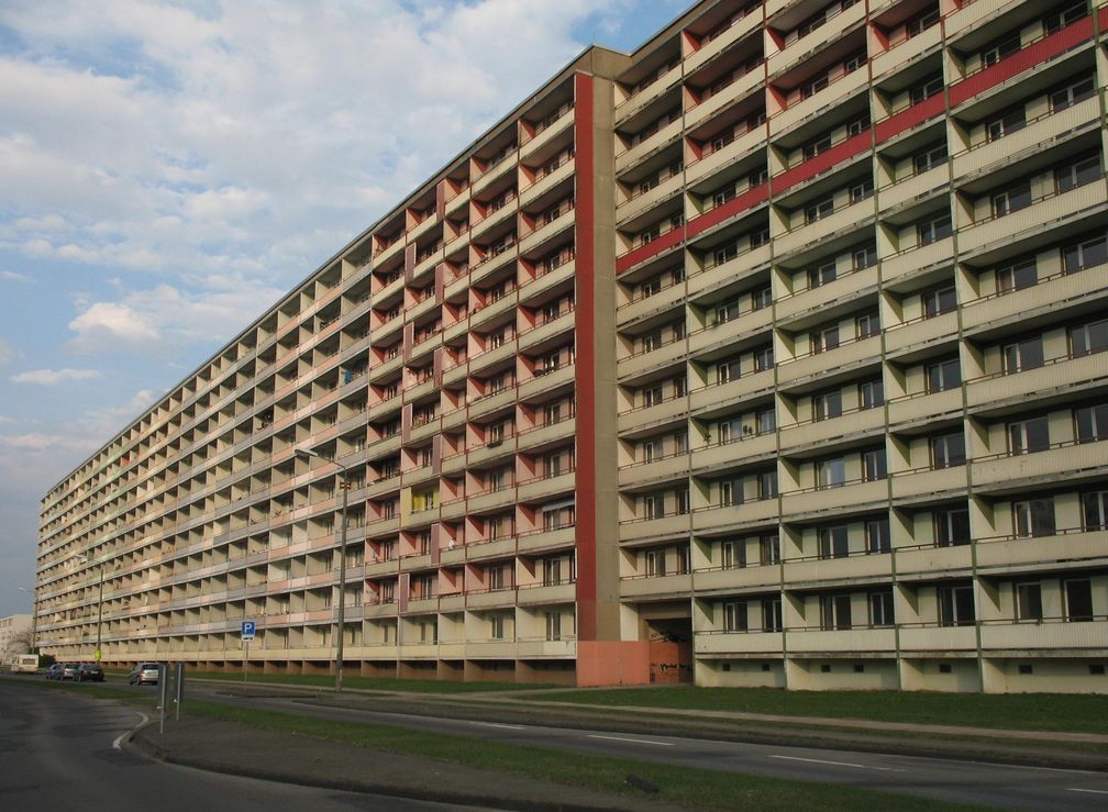 Massenmenschenhaltung in der Dr.-Wilhelm-Külz-Straße in Hoyerswerda, Plattenbau und Sozialwohnungen (Symbolbild)