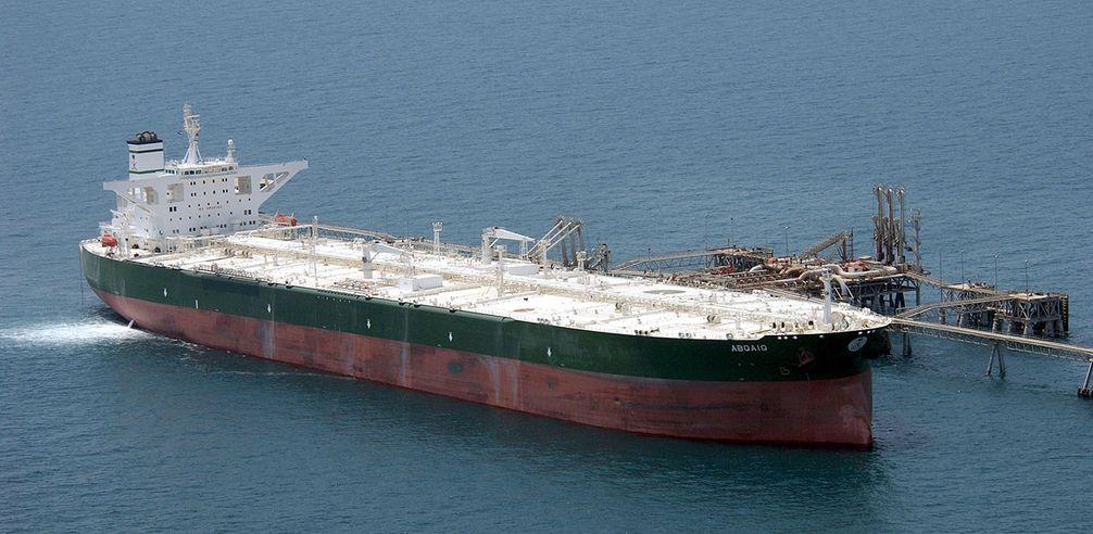 """Der Öltanker """"Abqaiq"""" beim Beladen (Symbolbild)"""