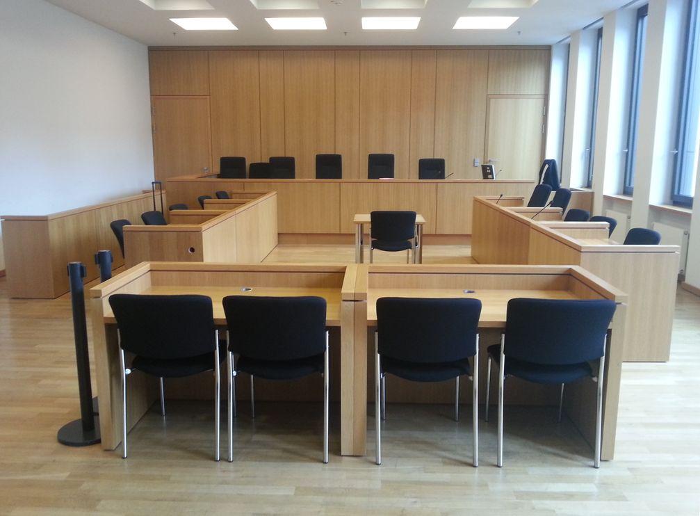 Gericht: moderner Gerichtssaal