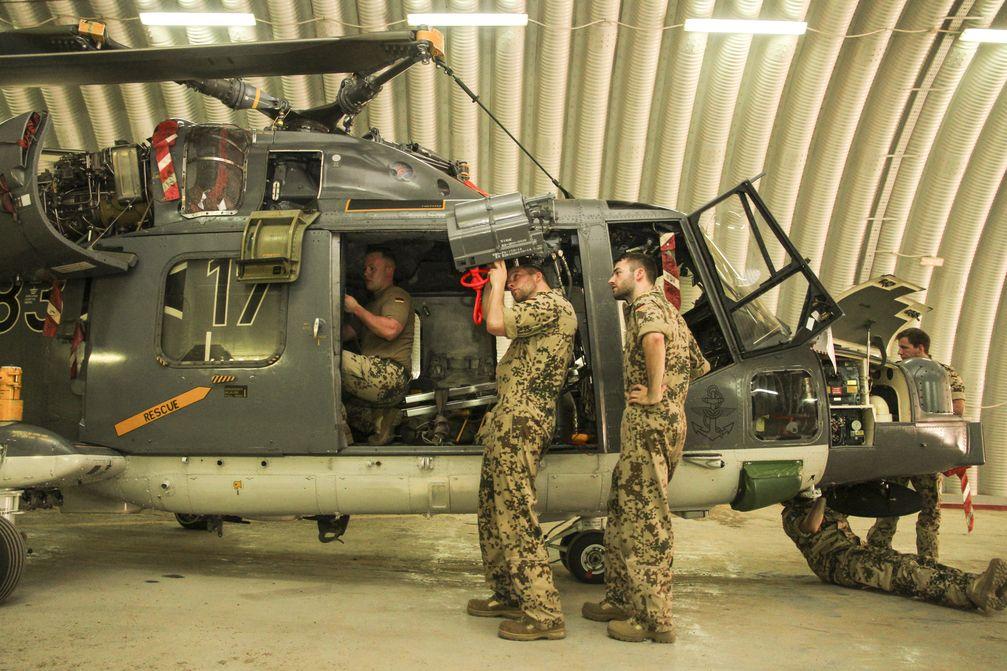 Vorbereitungen der Sea Lynx am Flughafen von Djibouti