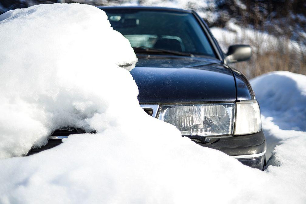 """Verschneites Auto im Winter Bild: """"obs/CODUKA GmbH/Pixabay Lizenz"""""""
