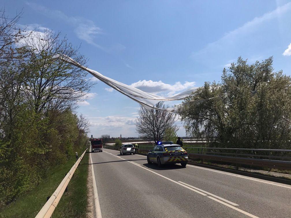Meckenheim-Wind-weht-Ackerfolie-fast-auf-Autobahn