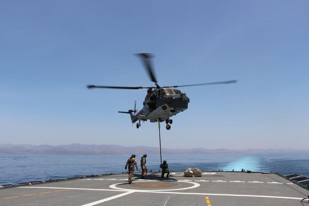Der Hubschrauber bringt ein Teil seines Materials mit an Bord.