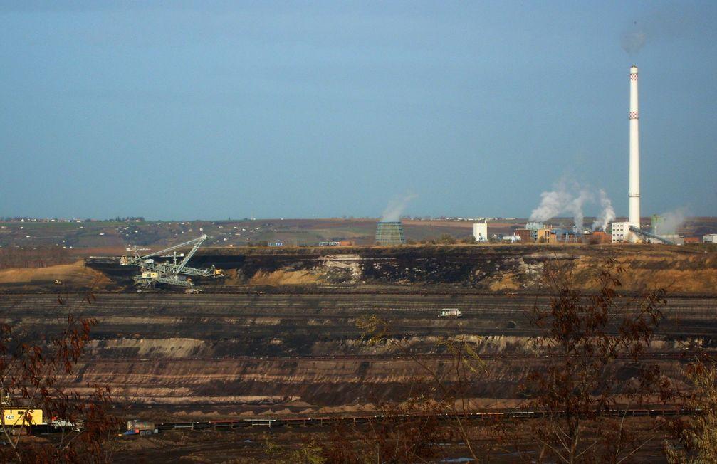 Blick über den Tagebau Amsdorf zum Kraftwerk Amsdorf, beide betrieben von Romonta