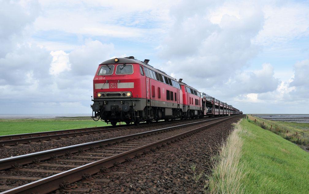 Sylt-Shuttle Richtung Westerland am Ende des Hindenburgdamms in Morsum/Sylt