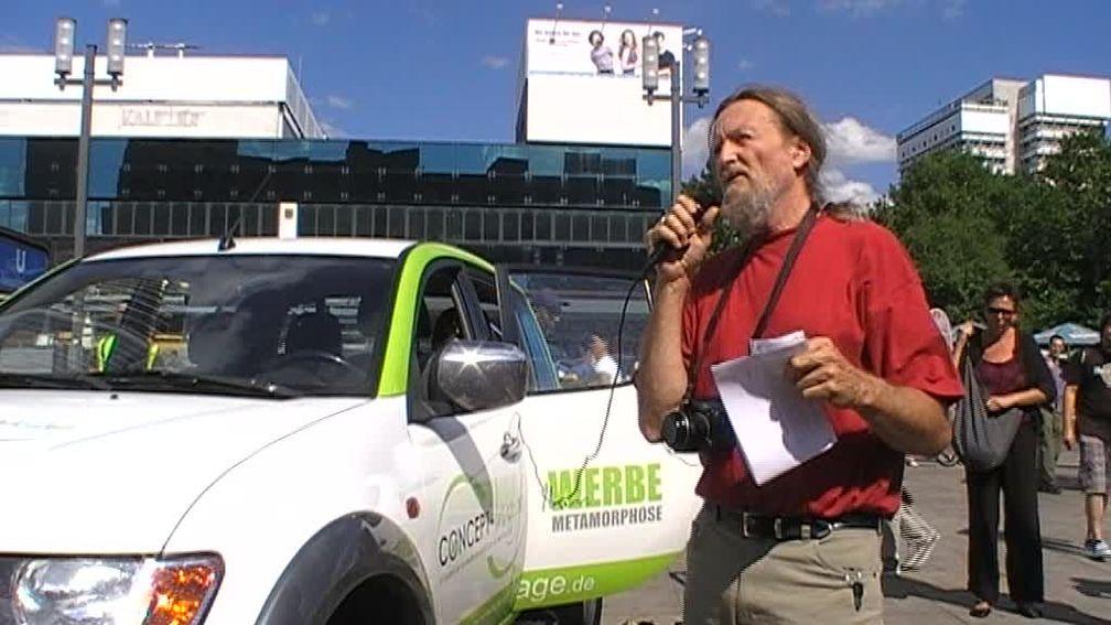 Werner Altnickel während der Demo. Bild: chemtrail.de