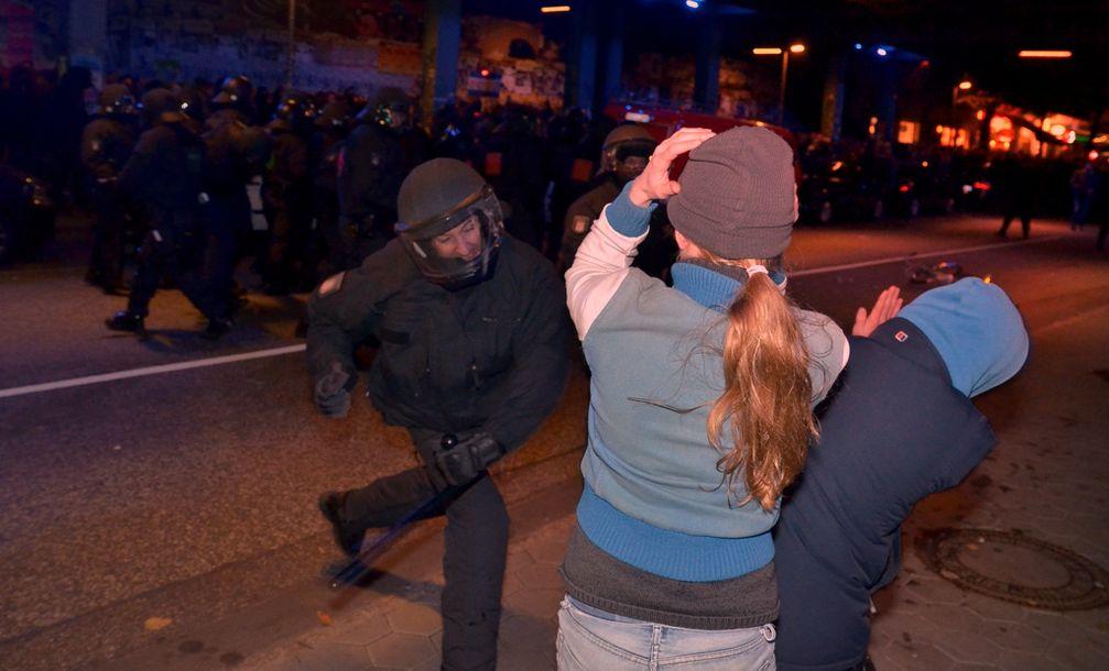 """Wild prügelnde und Gesetze tretende Polizeitruppen in Hamburg - Jetzt auch in """"gefährlichen Orten"""" legal möglich? (Symbolbild)"""