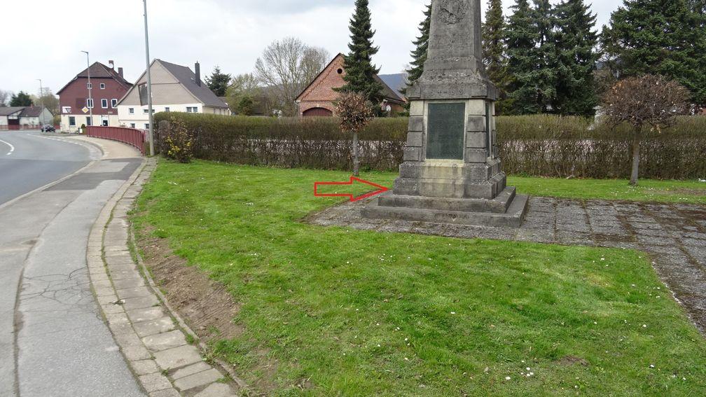 Kollisionsbedingt wurde das Denkmal teilweise verschoben. Bild: Polizei