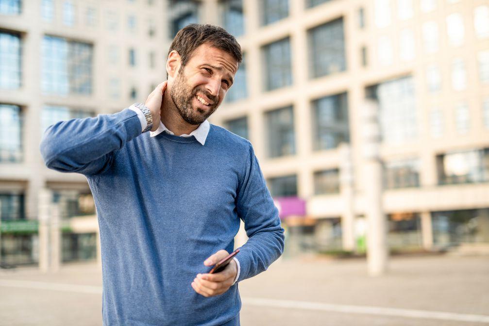 """Körperhaltung: Schluss mit dem Smartphone-Nacken! / Bild: """"obs/Wort & Bild Verlag - Gesundheitsmeldungen/istock_DjelicS"""""""