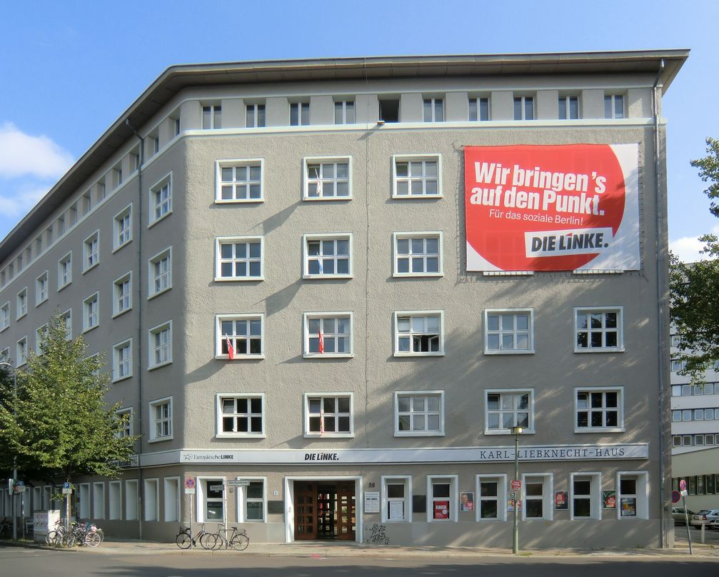 Karl-Liebknecht-Haus: Das Haus befand sich zunächst im Besitz der KPD (Sitz des Zentralkomitees), später im Besitz der SED. Heute ist es die Parteizentrale der Partei Die Linke.