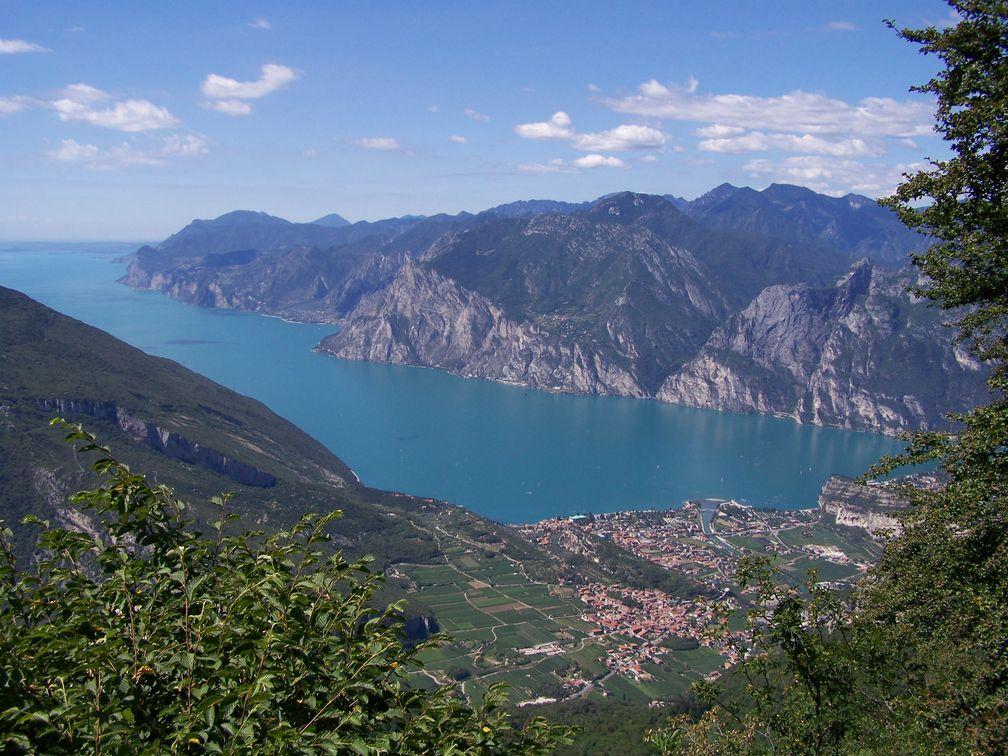 Blick vom Monte Creino auf Nago-Torbole und den nördlichen Gardasee