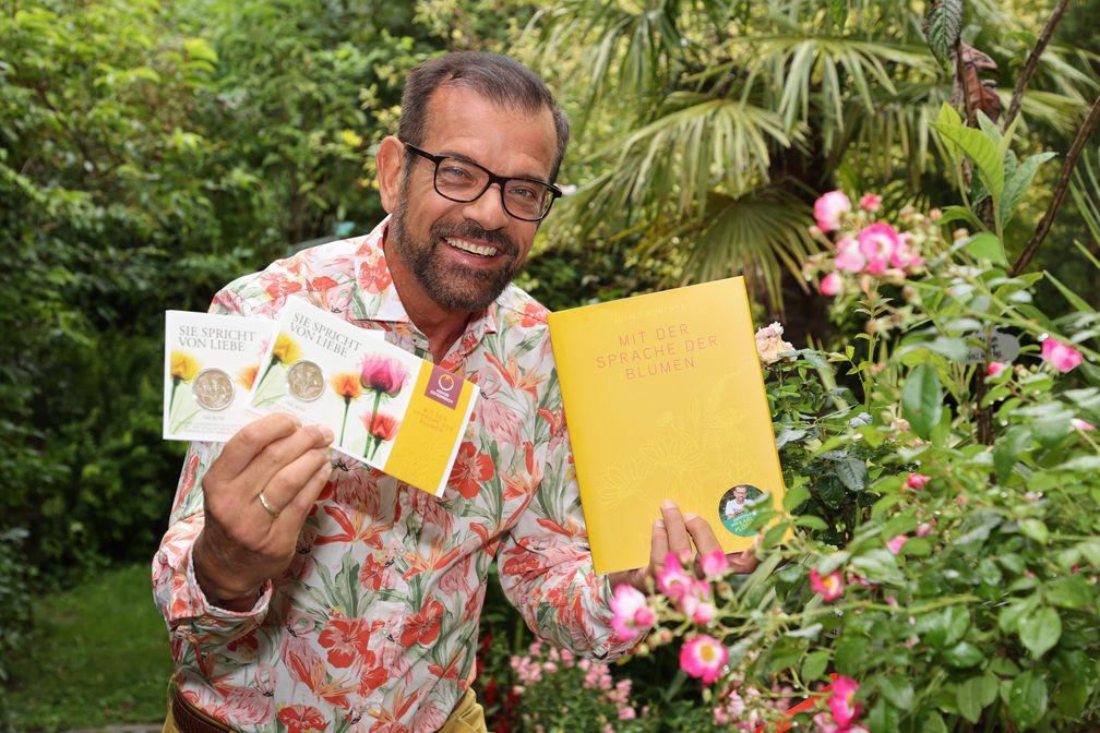 Karl Ploberger beherrscht sie fließend und empfiehlt die Sprache der Blumen  Bild: Copyright by: FRANZ NEUMAYR  Fotograf: Franz Neumayr