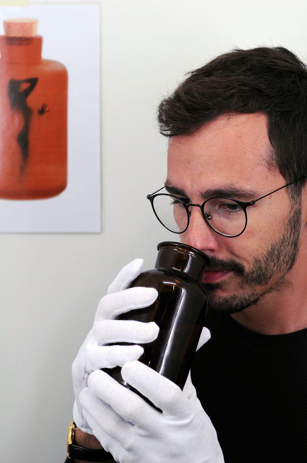 Für Männer «dufte» oder nicht? Die Schnüffelprobe zeigt: Sexualhormone steuern den weiblichen Geruch und somit die Attraktivität. Quelle: Soziale Neurowissenschaft / Universität Bern (idw)