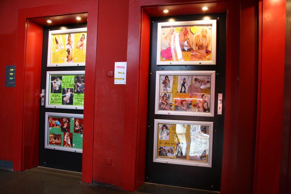 Eingangstüren zu Wohnungen, in denen der Prostitution nachgegangen wird