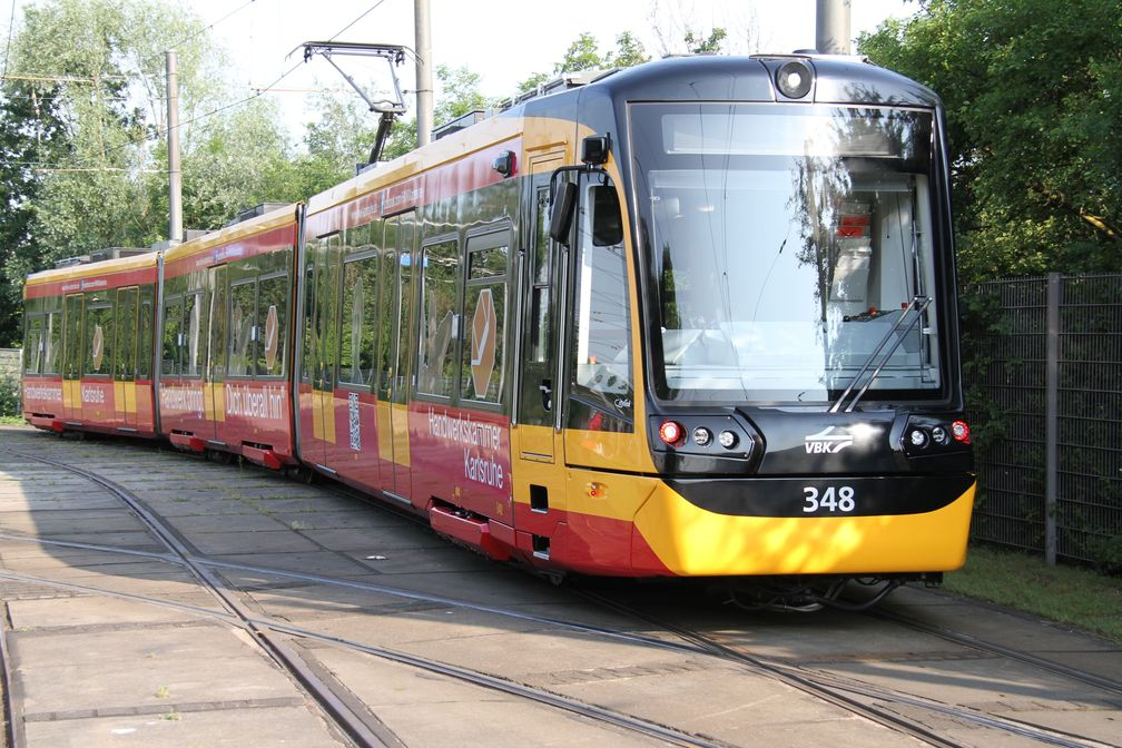 Im regulären Fahrgastbetrieb zeichnet die Karlsruher Messstraßenbahn ab sofort mechanische und elektrische Größen sowie unterschiedliche Umgebungsparameter auf. (Foto: AVG/Michael Krauth) Quelle: Foto: AVG/Michael Krauth (idw)