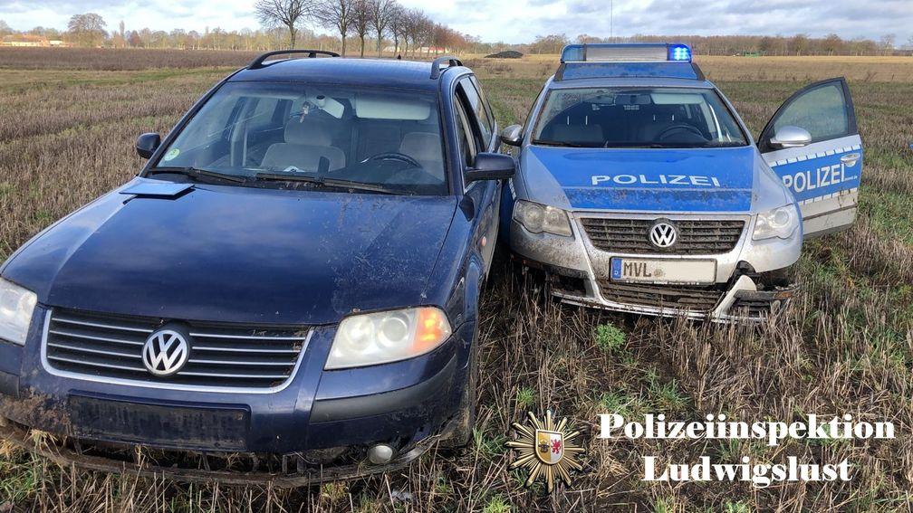 Beide Fahrzeuge kamen auf dem Acker zum Stehen Bild: Polizei