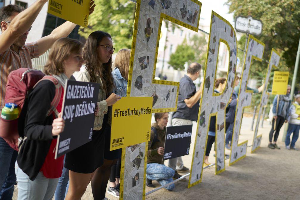 """Amnesty International protestiert vor türkischer Botschaft in Berlin für eine freie Presse /Bild: """"obs/Amnesty International/Henning Schacht"""""""