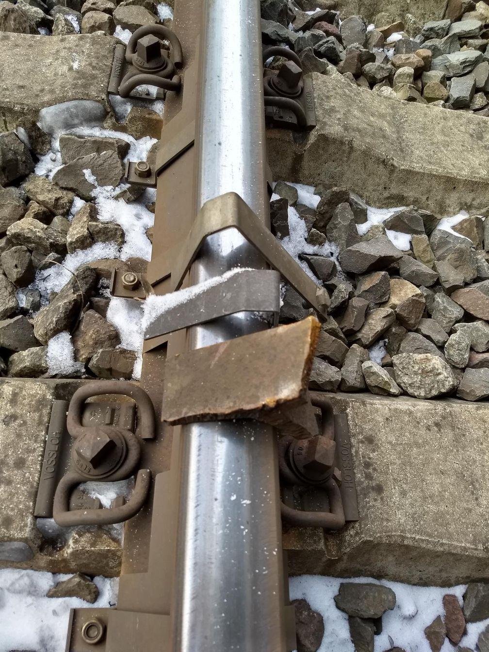 Die aufgelegten Metallteile wurden als Spurenträger sichergestellt und werden kriminaltechnisch untersucht.Bild: Bundespolizei