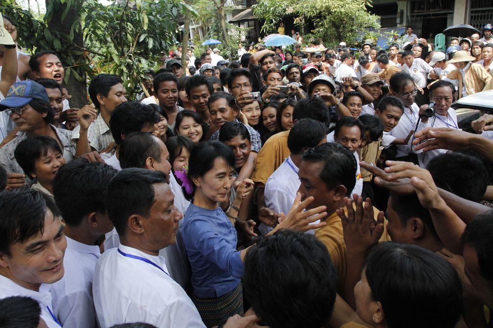 Suu Kyi mit Anhängern 2011