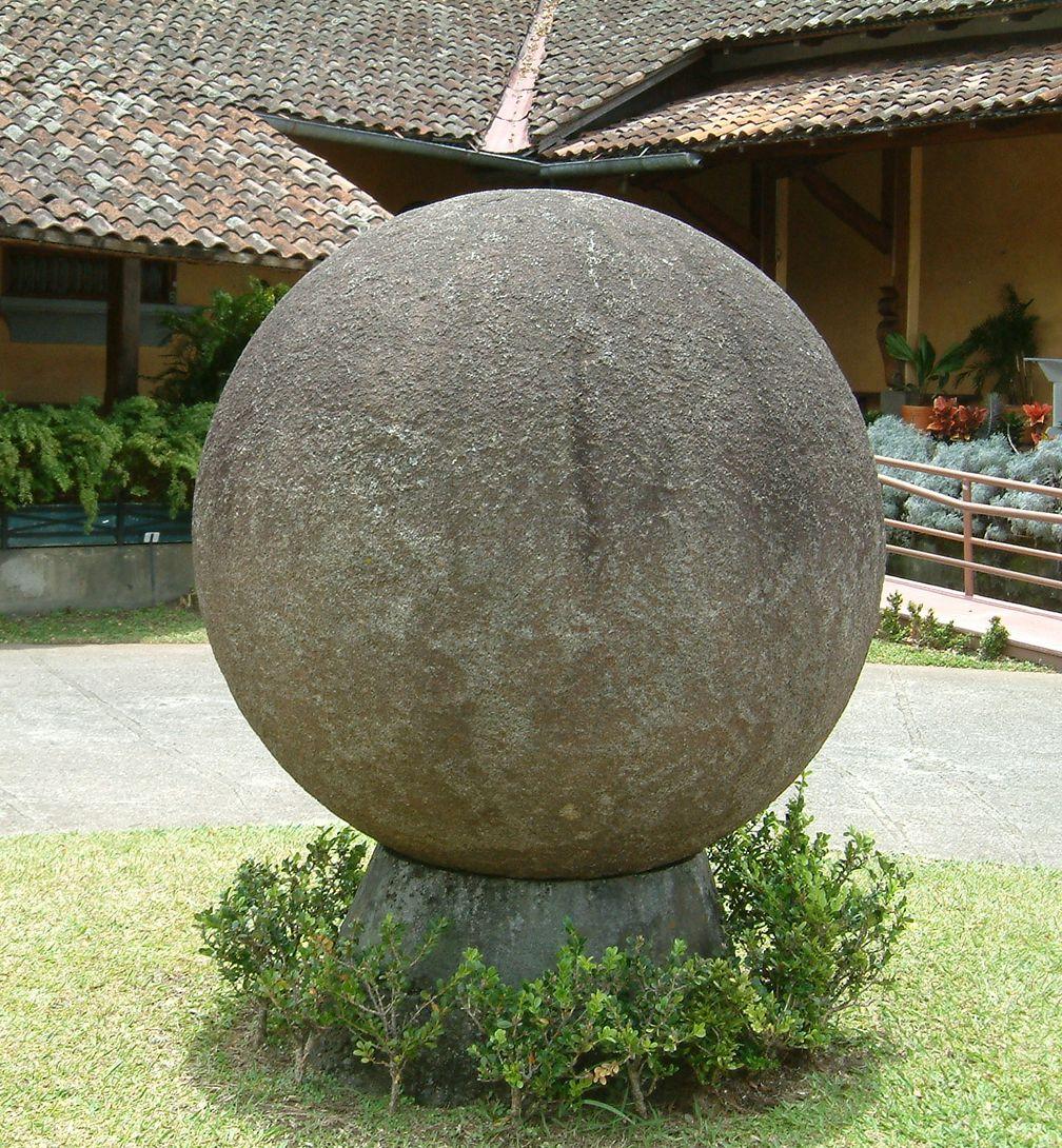 Steinkugel im Hof des Nationalmuseums von Costa Rica