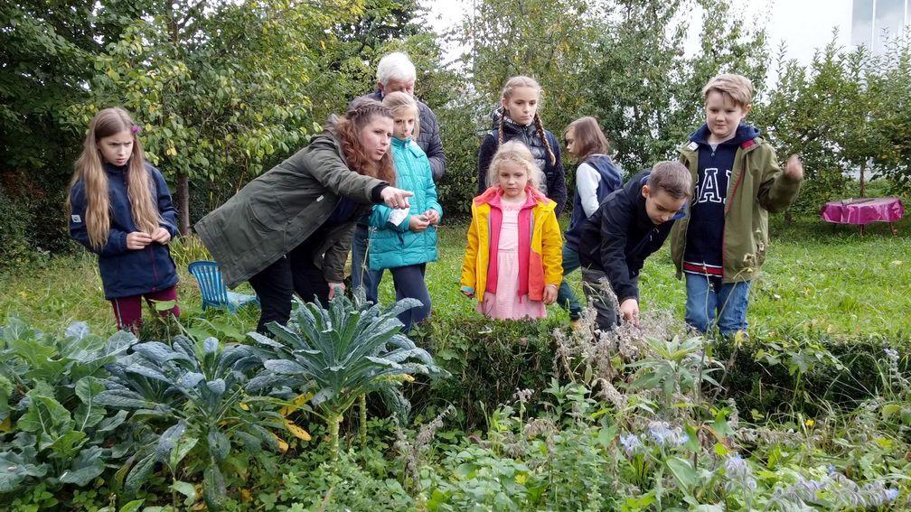 "Lehrerin Carolin Rückert im Schulgarten der ""Draußenschule"" Ladenburg. / Bild: ""obs/ZDF/ZDF/Alexandra Hostert"""
