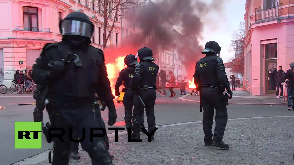 """Screenshot aus dem Youtube Video """"Germany: Water cannon deployed at fiery Leipzig protest against far-right demos"""""""