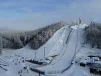 Blick aus Sessellift Quick-Jet am Poppenberg zum Herrloh mit St.-Georg-Schanze, Sessellift und Pisten im Skiliftkarussell Winterberg (Winter)