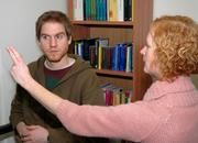 ...und dabei gleichzeitig beide Gehrinhälften durch Augenbwegungen stimuliert werden. Bild: Universitätsklinikum Münster (UKM)