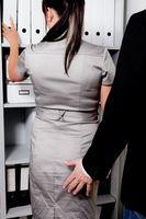"""Sexuelle Belästigung einer Frau am Arbeitsplatz im Büro.Bild: """"obs/Advocard Rechtsschutzversicherung AG"""""""