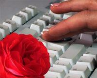 Online-Flirt: Chatten oft wie Fremdgehen. Bild: Angelsami/Joujou, pixelio.de