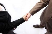 Shaking Hands: Erfolg mit Extravaganz. Bild: Konstantin Gastmann, pixelio.de