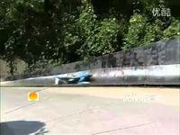 "Screenshot aus dem Youtube Video ""Rollerman Jean-Yves Blondeau Cruises Down Mountain In China"""