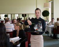 Ob in der Gastronomie oder in anderen Branchen – Schüler und Studierende sind auch im Ferienjob oder im Praktikum beitragsfrei unfallversichert. (c) DGUV