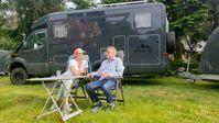 13 Meter Reisefreude: Ann-Susann und Rüdiger Geserick haben sich ihren Traum vom Luxus-Wohnmobil mit Autoanhänger verwirklicht.  Bild: ZDF Fotograf: ZDF/Yannick Schmeil