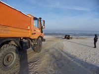 festgefahrener Pkw am Strand