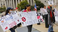 Archivbild – Am 12. Oktober 2021 findet in New York eine Kundgebung zur Unterstützung einer Gruppe von Lehrern statt, die gegen die Durchsetzung der Impfpflicht für Angestellte öffentlicher Schulen kämpfen.