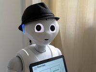 Pepper hat Sensoren am Kopf und an den Fingern, kann hören, sehen, sprechen und sogar Stimmlagen und Emotionen erkennen. Quelle: Universität Siegen (idw)