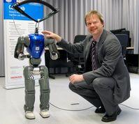 Der humanoide Roboter COMAN soll noch ein bisschen wachsen, damit er mit Erwachsenen interagieren kann. Professor Dr. Jochen Steil leitet das neue Forschungsprojekt. Quelle: Foto: Universität Bielefeld (idw)