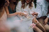 Frauen trinken Wein