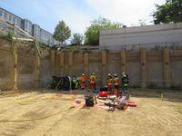 Feuerwehr und Rettungsdienst arbeiten Hand in Hand um die Person schonend zu retten. (Bild: Feuerwehr Heiligenhaus)