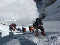 Vor den anvisierten Gipfeltagen steigen die Bergsteiger an Fixseilen entlang durch die Lhotse-Wand am Mount Everest. Oben auf der Moräne ist Lager II zu erkennen. (Symbolbild)
