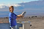 Der Forscher Aidan Colton von der US-amerikanischen Wetter- und Ozeanografie-behörde NOAA nimmt eine Luftprobe in der Nähe des Mauna Loa Vulkans auf Hawaii. Anhand der Analyse solcher Proben bestimmte ein internationales Forscherteam die Selbstreinigungskraft der Atmosphäre. Bild: James Elkins, NOAA