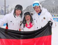 Andreas Wellinger (rechts) zusammen mit Tom Lubitz (links) und Katharina Althaus (Mitte) beim Gewinn der Goldmedaille im Mixed-Wettbewerb der Skispringer bei den Olympischen Jugend-Winterspielen 2012 in Innsbruck. Bild: DOSB