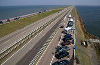 Abschlussdeich zwischen IJsselmeer (rechts) und Nordsee (links)