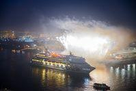 """Großer Empfang mit Feuerwerk für die Weltreisenden von AIDAcara in Hamburg. Bild: """"obs/AIDA Cruises"""""""