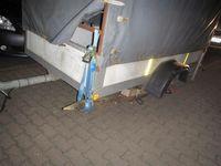 Foto eines Anhängers mit einer Holzstange als Radersatz