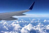 Flugzeugflügel: Enteisen vor dem Start wichtig.