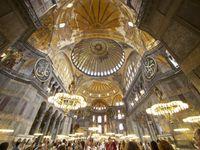 Hagia Sophia: Ineinandergreifende Geometrien verdecken das gewaltige Stützsystem, das die riesige Kuppel trägt. Dieses verbirgt sich hinter elegant angeordneten Galerien, die dem Bauwerk die Illusion von der Entmaterialisierung seiner vertikalen Wandflächen verleihen.